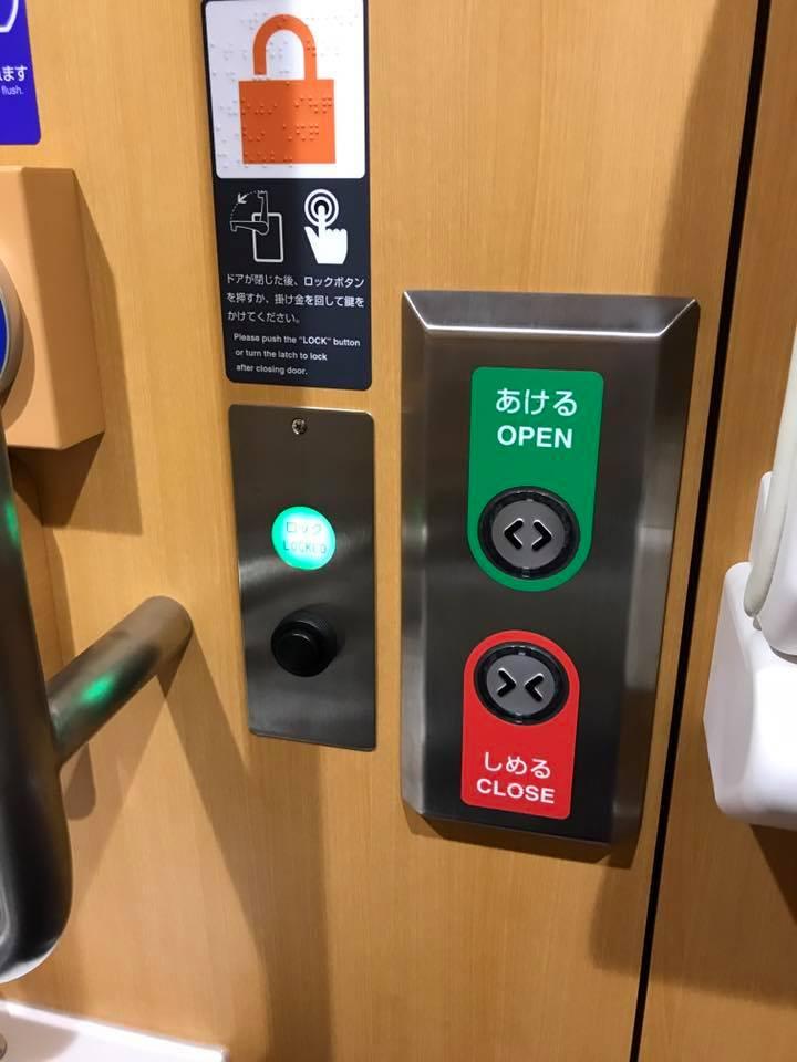 トイレの扉は ボタン式の自動ドア(*^ω^*)