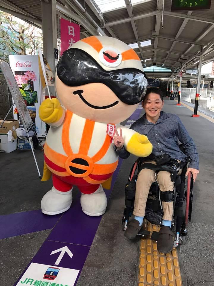 同じ中年同士でパシャリ(*^ω^*)ー 日光仮面と一緒に東武日光駅にいます。